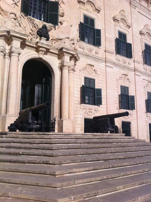 Utflytt och pensionering på Malta för att undvika skatt.